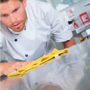 homme essuie plan de travail cuisine